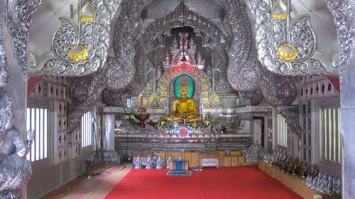 Statue de Bouddha sur son autel