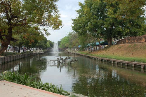 Le Canal de Chiang Mai faisant le tour complet du centre historique de la ville.