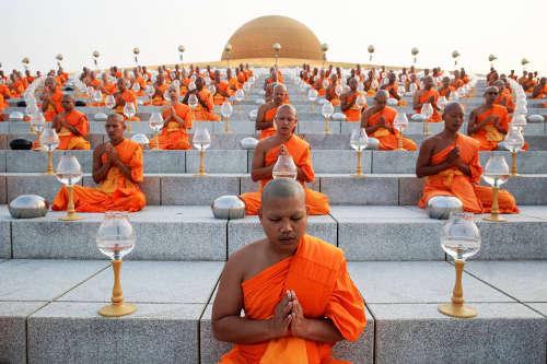 Moines Bouddhistes au temple Wat Phra Dhammakaya