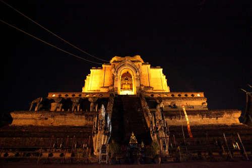 Wat Chedi Luang de Nuit