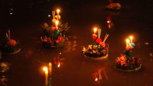 Offrandes aux Dieux durant le festival des lanternes