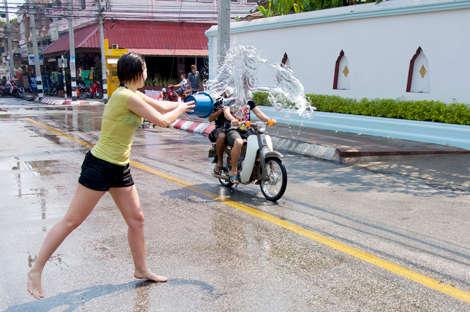 Voila pourquoi il peut être dangereux de circuler a scooter pendant Songkran