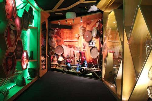 Exposition d'objets au musée tribal