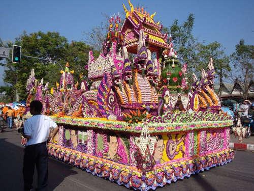 Un autre char décorée de fleurs